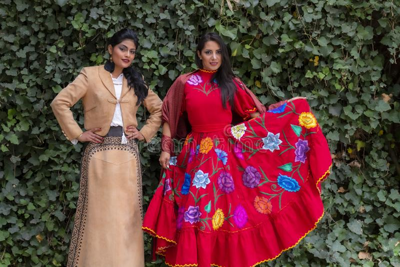 Δύο καλά ισπανικά πρότυπα Brunette θέτουν υπαίθρια σε ένα μεξικάνικο αγρόκτημα στοκ εικόνες