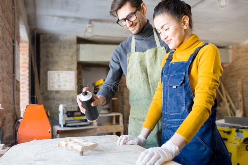 Δύο καλλιτέχνες που κάνουν τη δημιουργική ξυλουργική στοκ εικόνα με δικαίωμα ελεύθερης χρήσης