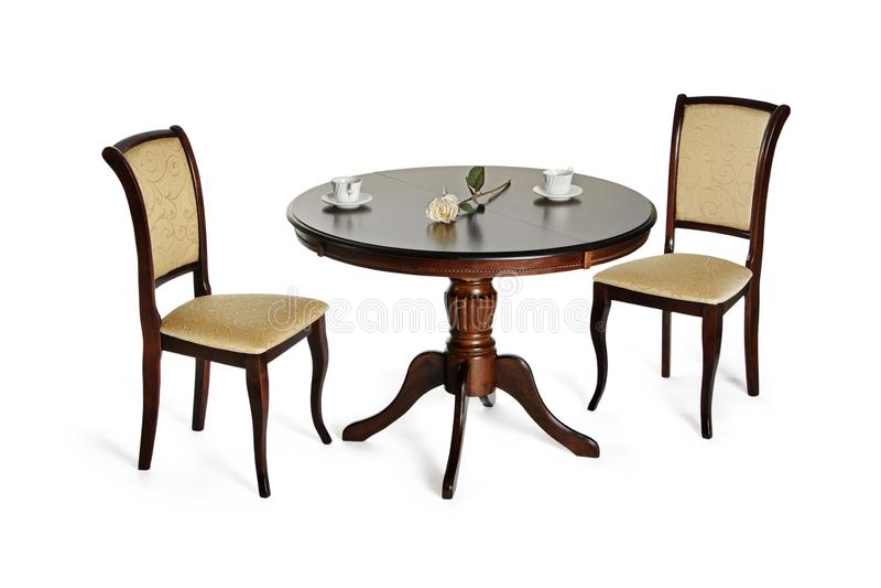 Δύο καρέκλες και διάσκεψη στρογγυλής τραπέζης που απομονώνονται στο λευκό στοκ φωτογραφίες με δικαίωμα ελεύθερης χρήσης