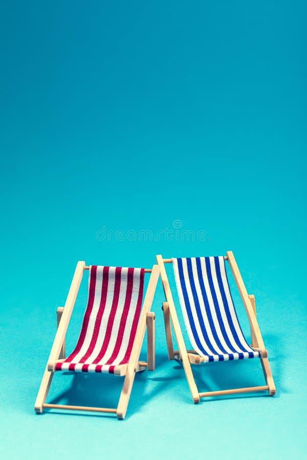 Δύο καρέκλες σαλονιών στο μπλε υπόβαθρο στοκ εικόνες με δικαίωμα ελεύθερης χρήσης
