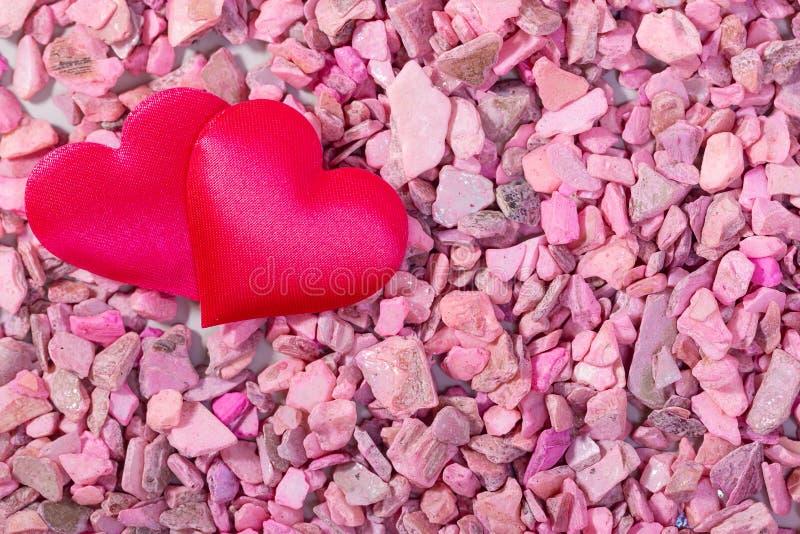 Δύο καρδιές στις ρόδινες πέτρες Έννοια της αγάπης για την ημέρα του βαλεντίνου στοκ εικόνα με δικαίωμα ελεύθερης χρήσης