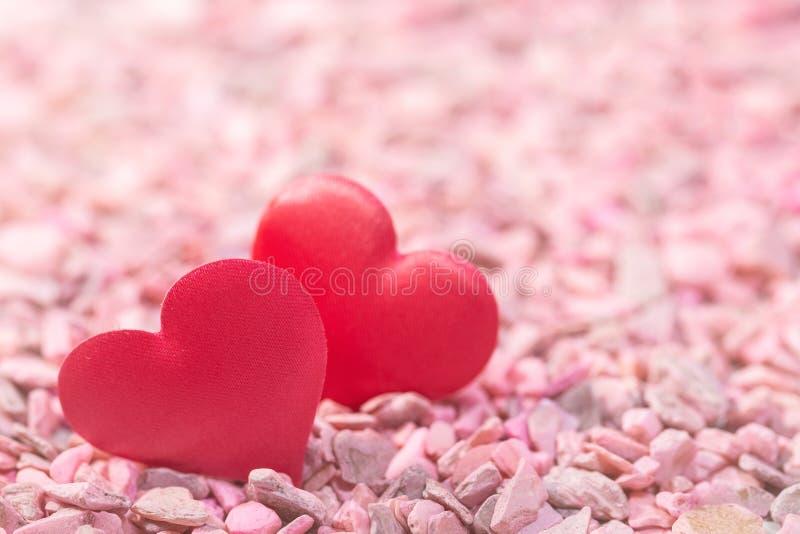 Δύο καρδιές στις ρόδινες πέτρες Έννοια της αγάπης για την ημέρα του βαλεντίνου στοκ εικόνα