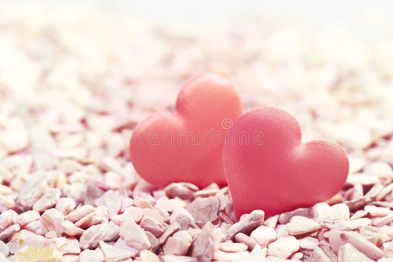 Δύο καρδιές στις ρόδινες πέτρες Έννοια της αγάπης για την ημέρα του βαλεντίνου στοκ εικόνες