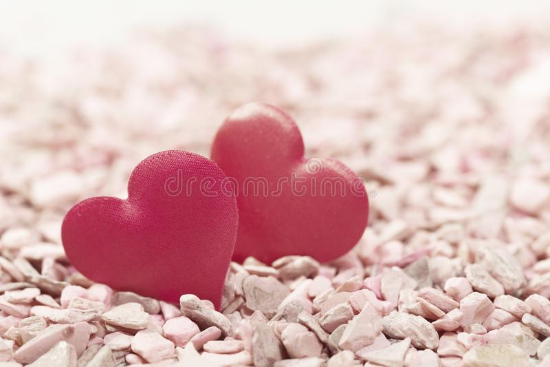 Δύο καρδιές στις ρόδινες πέτρες Έννοια της αγάπης για την ημέρα του βαλεντίνου στοκ φωτογραφία με δικαίωμα ελεύθερης χρήσης