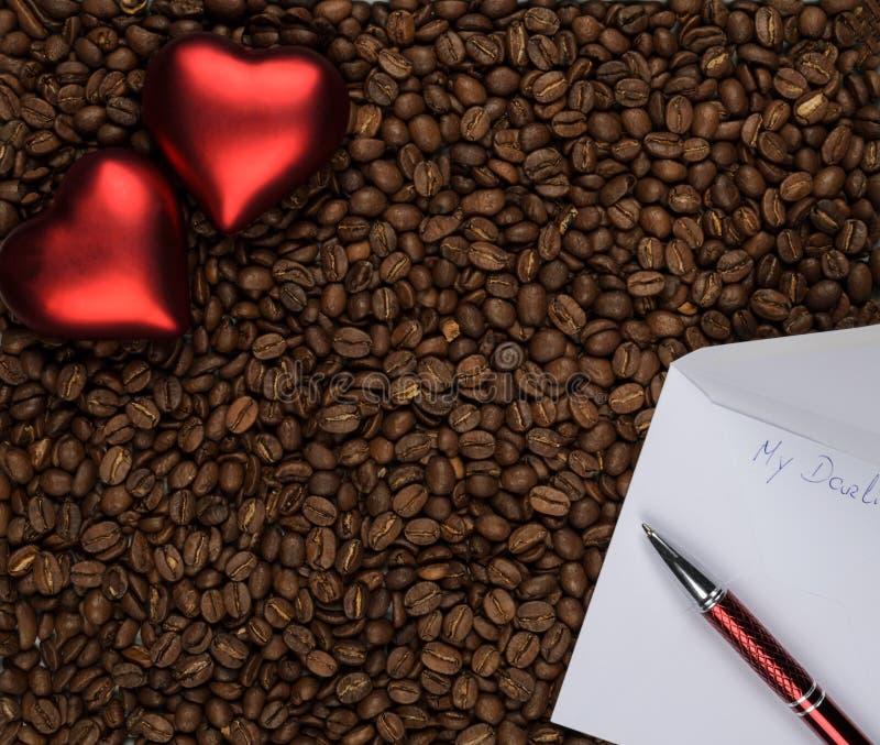 Δύο καρδιές στον καφέ με την επιστολή αγάπης στοκ φωτογραφία με δικαίωμα ελεύθερης χρήσης