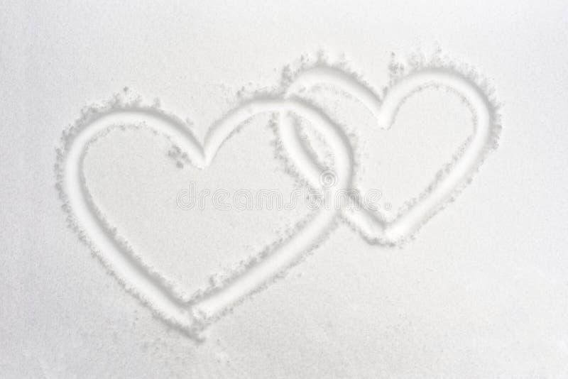 Δύο καρδιές στο χιόνι στοκ εικόνα με δικαίωμα ελεύθερης χρήσης