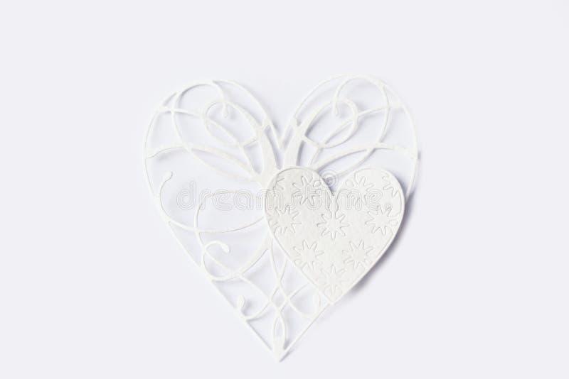 Δύο καρδιές δαντελλών της Λευκής Βίβλου στο ελαφρύ υπόβαθρο στοκ εικόνα με δικαίωμα ελεύθερης χρήσης