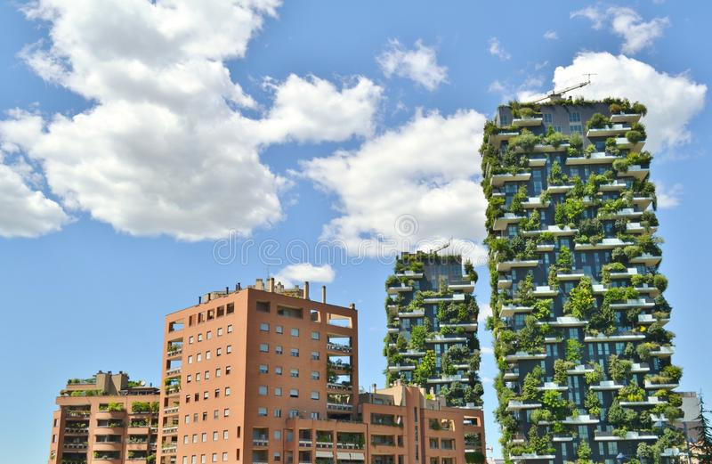 """Δύο κατοικημένοι πύργοι με τα δέντρα και οι Μπους στα μεγάλα μπαλκόνια αποκαλούμενα """"Bosco Verticale """"στο κέντρο του Μιλάνου στοκ εικόνες"""