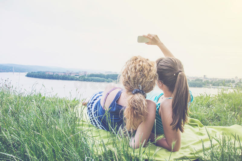 Δύο καλύτεροι φίλοι κοριτσιών που παίρνουν selfie στοκ εικόνες
