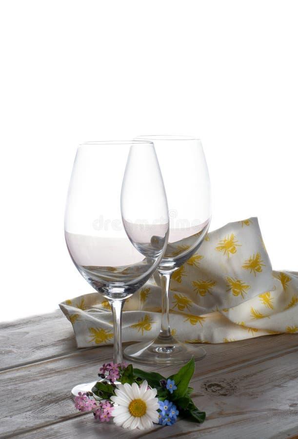 Δύο κενά γυαλιά και λουλούδια κρασιού αντιγράφουν διαστημικό στενό επάνω στοκ εικόνες με δικαίωμα ελεύθερης χρήσης