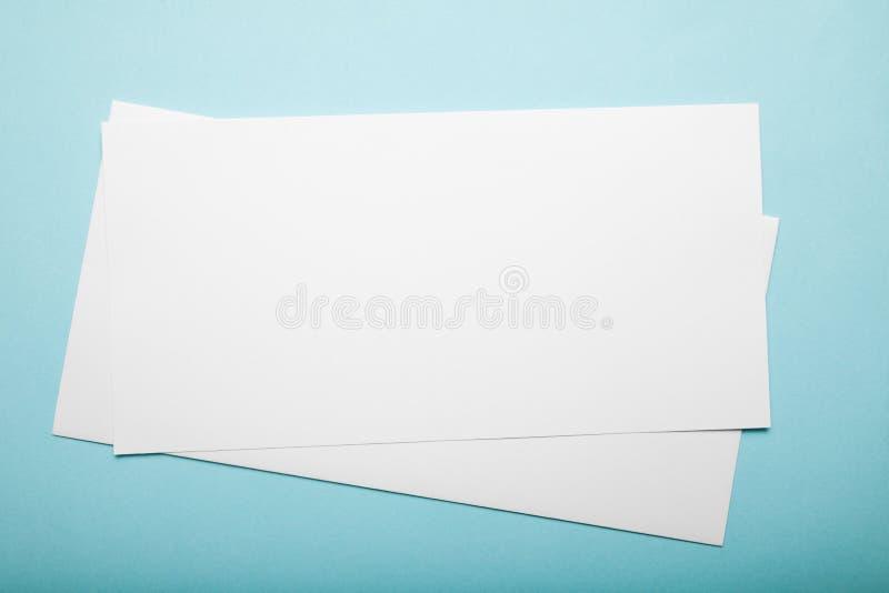 Δύο κενά φύλλα του εγγράφου για ένα μπλε υπόβαθρο r στοκ φωτογραφίες