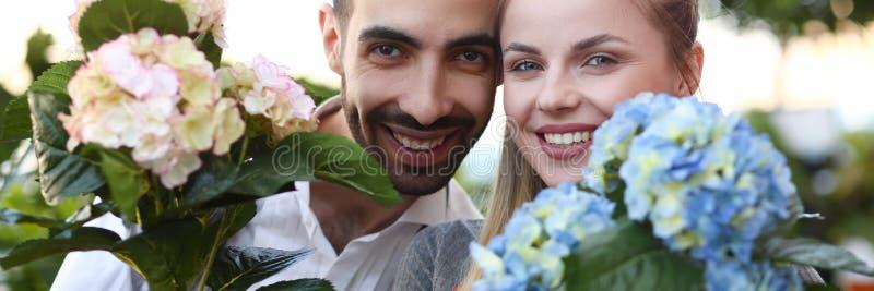 Δύο κηπουροί που παρουσιάζουν πορτρέτο λουλουδιών Hydrangea στοκ εικόνες