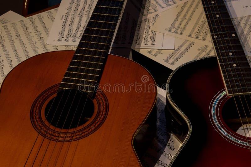 Δύο κιθάρες μια ακουστικές και ένα άλλα ισπανικά στοκ εικόνες
