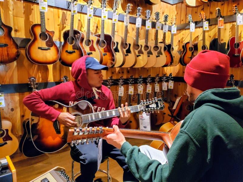 Δύο κιθαρίστες που παίζουν στην κιθάρα στρέφονται στοκ φωτογραφία με δικαίωμα ελεύθερης χρήσης