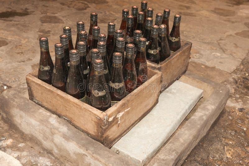 Δύο κλουβιά του παλαιού σκονισμένου ρουμιού λεσχών της Αβάνας μπουκαλ στοκ εικόνες με δικαίωμα ελεύθερης χρήσης
