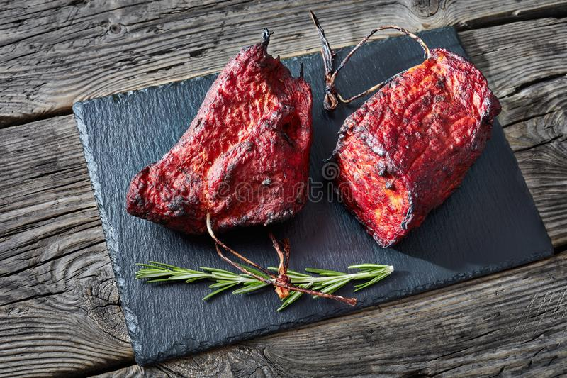 Δύο κομμάτια της καπνισμένης οσφυϊκής χώρας χοιρινού κρέατος σχαρών στοκ εικόνα
