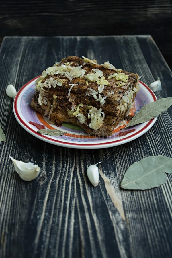 Δύο κομμάτια του αλμυρού μπέϊκον με το ψωμί σίκαλης στοκ φωτογραφία με δικαίωμα ελεύθερης χρήσης