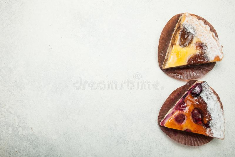 Δύο κομμάτια του σπιτικού κέικ σε έναν άσπρο εκλεκτής ποιότητας πίνακα, κενό διάστημα για το κείμενο στοκ εικόνες