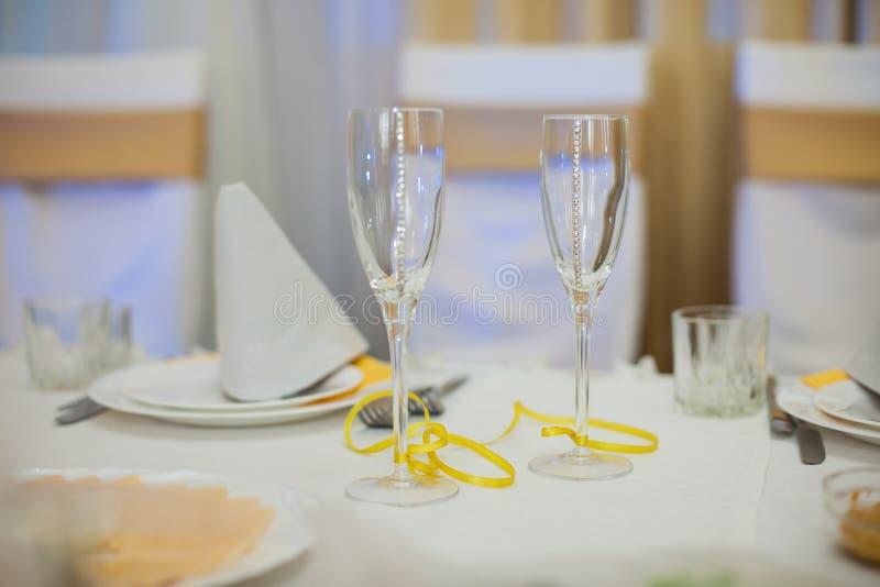 Δύο κομψά διακοσμημένα γυαλιά σαμπάνιας στη δεξίωση γάμου clo στοκ εικόνες με δικαίωμα ελεύθερης χρήσης