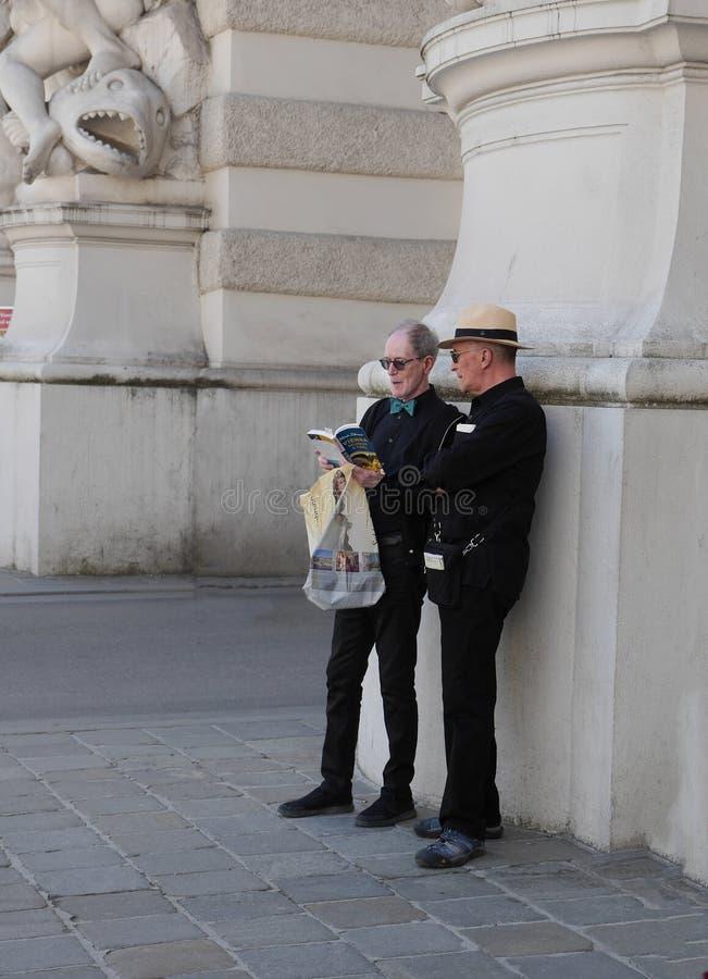 Δύο κομψοί ηλικιωμένοι τουρίστες στη Βιέννη στοκ φωτογραφίες