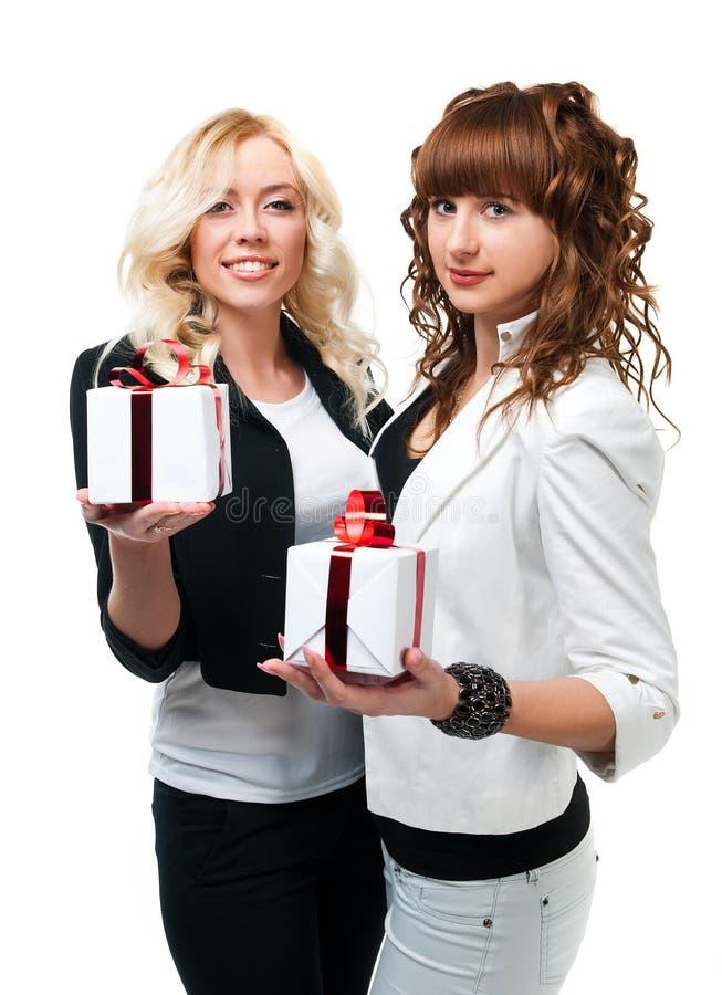 Δύο κορίτσια δίνουν τα δώρα στοκ εικόνες