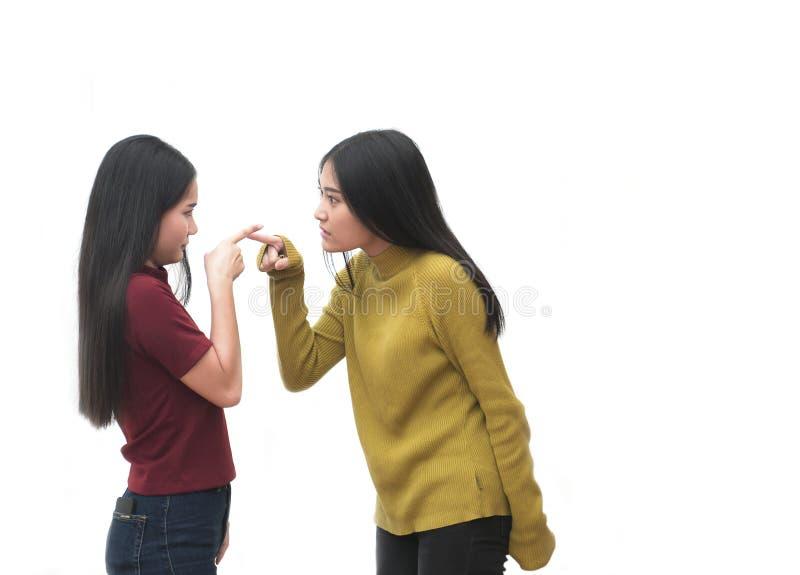Δύο κορίτσια είναια και δείχνοντας τα πρόσωπα στοκ εικόνες