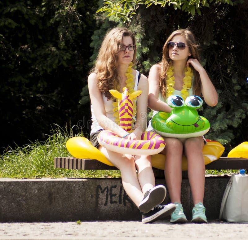 Δύο κορίτσια κολλεγίων με τα παιχνίδια παραλιών στοκ φωτογραφία