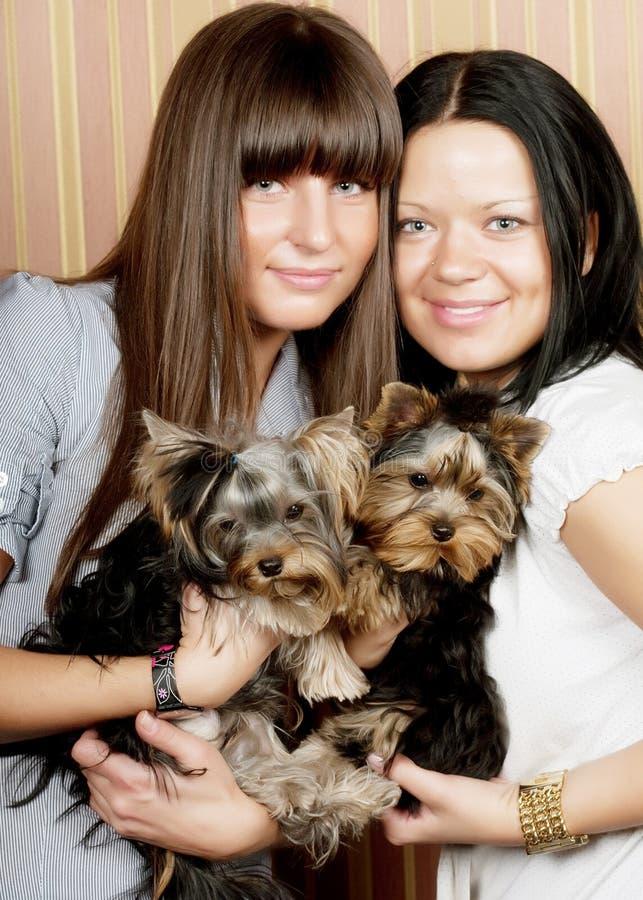 Δύο κορίτσια με τα puppys στοκ φωτογραφίες