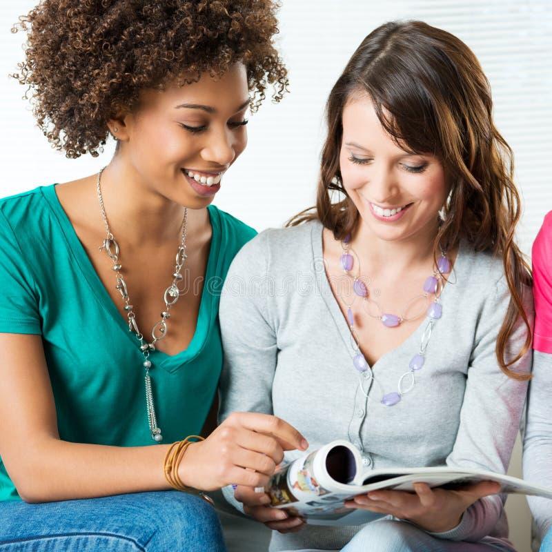 Δύο κορίτσια που διαβάζουν το περιοδικό στοκ φωτογραφία με δικαίωμα ελεύθερης χρήσης