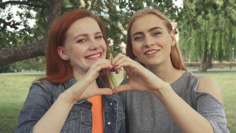 Δύο κορίτσια που θέτουν για μια κάμερα στοκ φωτογραφίες με δικαίωμα ελεύθερης χρήσης