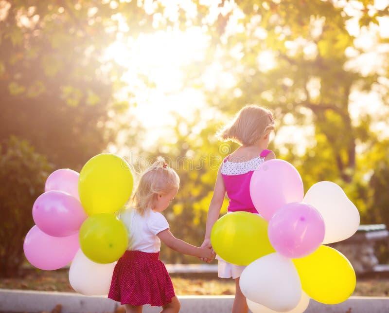 Δύο κορίτσια που παίζουν στο πάρκο στοκ εικόνες