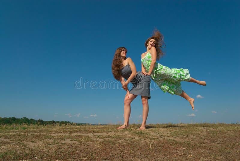 Δύο κορίτσια που παίζουν στο λόφο στοκ φωτογραφία με δικαίωμα ελεύθερης χρήσης