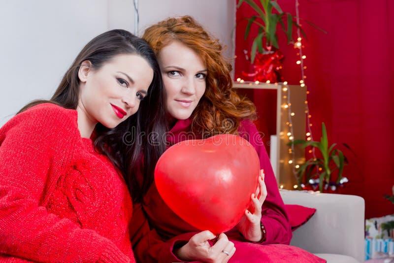 Δύο κορίτσια στο κόκκινο στοκ φωτογραφία με δικαίωμα ελεύθερης χρήσης