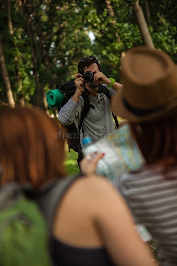 Δύο κορίτσια τουριστών που θέτουν για τη φωτογραφία στοκ εικόνες με δικαίωμα ελεύθερης χρήσης