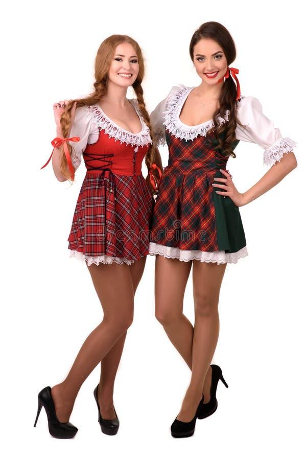 Δύο κορίτσια όμορφων ξανθά και brunette πιό oktoberfest στοκ εικόνες