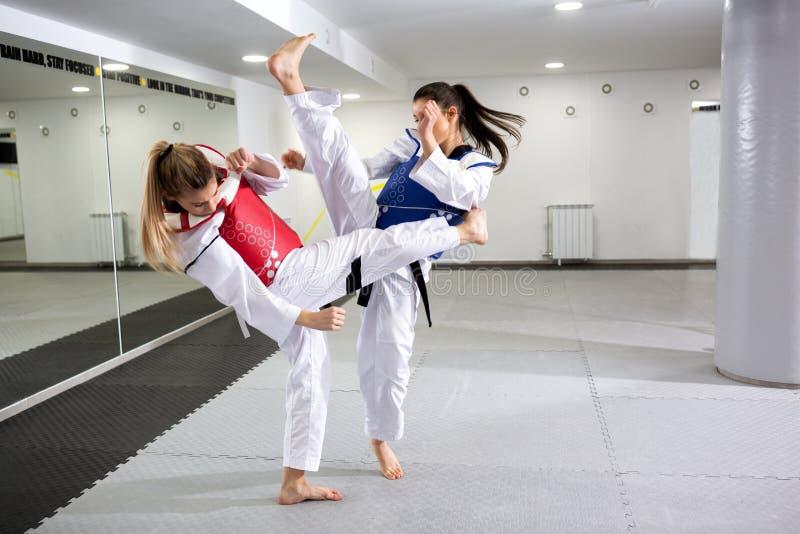 Δύο κορίτσια clinch που φορά το προστατευτικό εργαλείο στοκ εικόνα με δικαίωμα ελεύθερης χρήσης