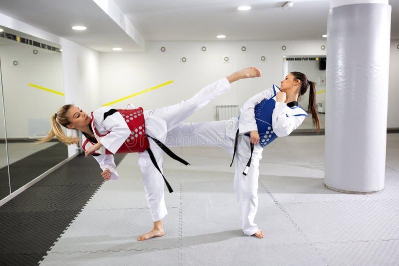 Δύο κορίτσια clinch που φορά το προστατευτικό εργαλείο στοκ εικόνες με δικαίωμα ελεύθερης χρήσης
