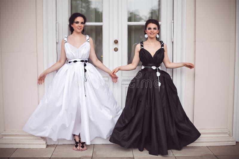 Δύο κορίτσια smilyng σε γραπτό στοκ εικόνες