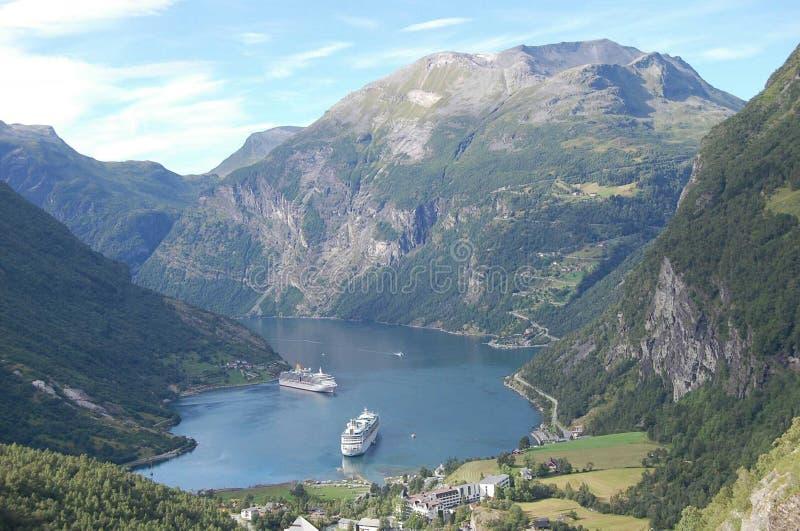 Δύο κρουαζιέρες, βουνό και λίμνη στοκ φωτογραφίες