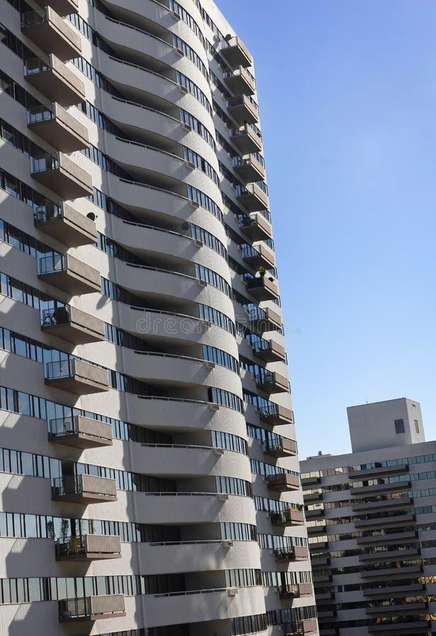 Δύο κτήρια που παρέχουν μια όψη μπαλκονιών. στοκ φωτογραφία με δικαίωμα ελεύθερης χρήσης