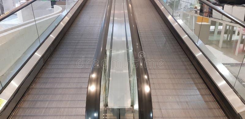 Δύο κυλιόμενες σκάλες δίπλα-δίπλα με το λαμπρό ανοξείδωτο στοκ φωτογραφίες με δικαίωμα ελεύθερης χρήσης