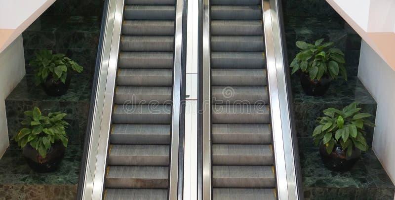 Δύο κυλιόμενες σκάλες δίπλα-δίπλα στοκ εικόνες με δικαίωμα ελεύθερης χρήσης