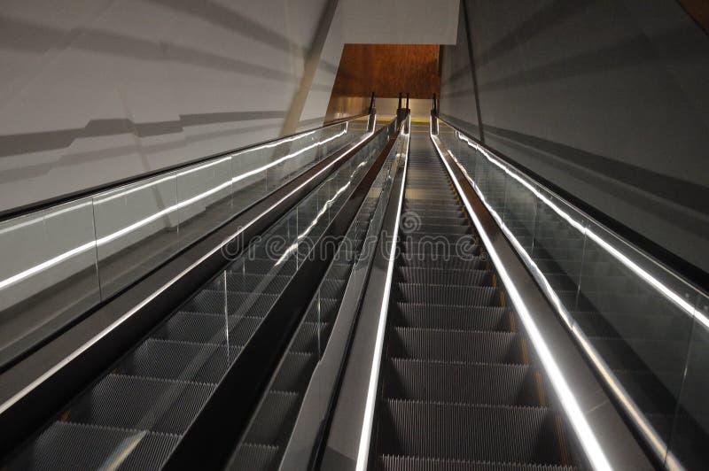 Δύο κυλιόμενες σκάλες που πηγαίνουν κάτω χωρίς μια γύρω στοκ φωτογραφία με δικαίωμα ελεύθερης χρήσης