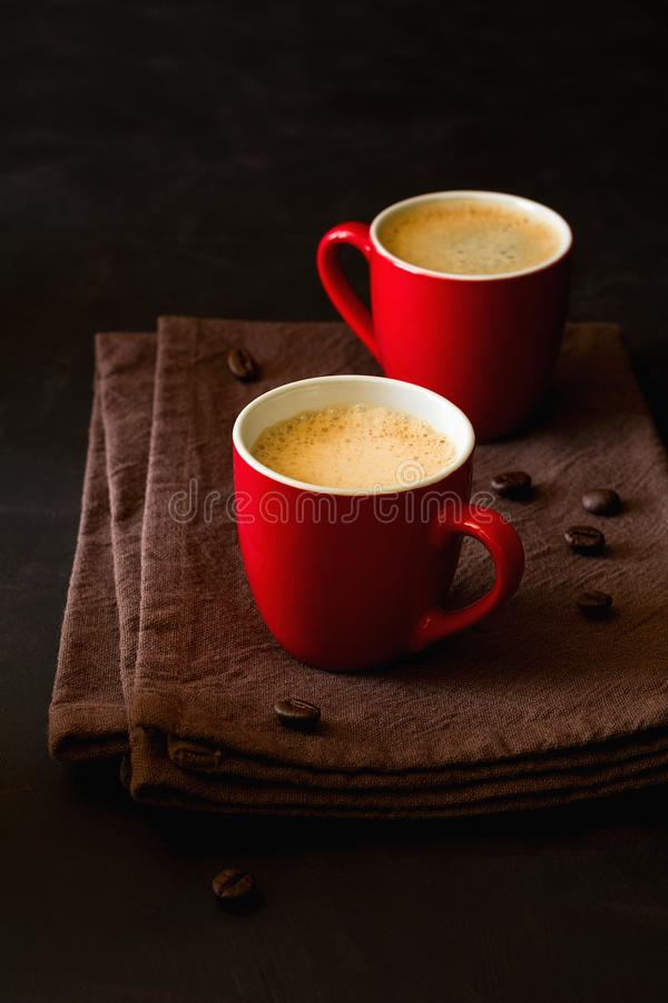 Δύο κόκκινα φλυτζάνια του espresso στοκ εικόνες