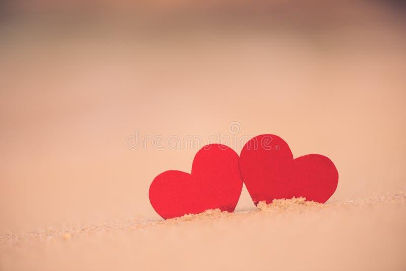 Δύο κόκκινες καρδιές στη θερινή παραλία Αγάπη στοκ εικόνες