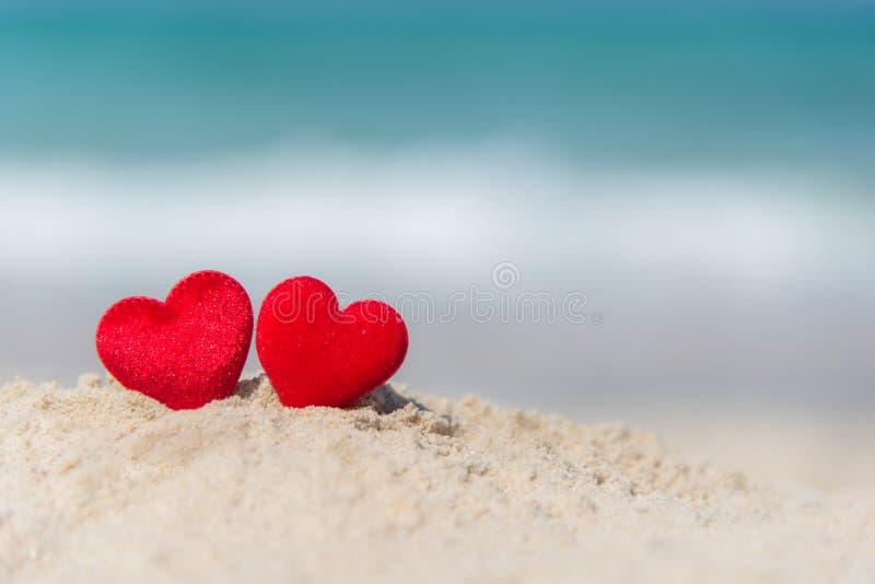 Δύο κόκκινες καρδιές στη θερινή παραλία στοκ εικόνες με δικαίωμα ελεύθερης χρήσης