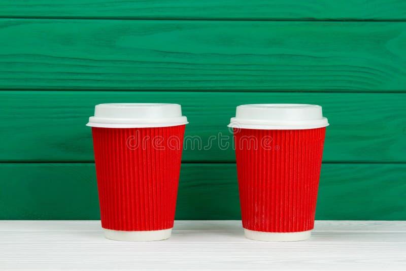 Δύο κόκκινο φλυτζάνι καφέ σύστασης χαρτονιού εγγράφου στοκ εικόνα με δικαίωμα ελεύθερης χρήσης