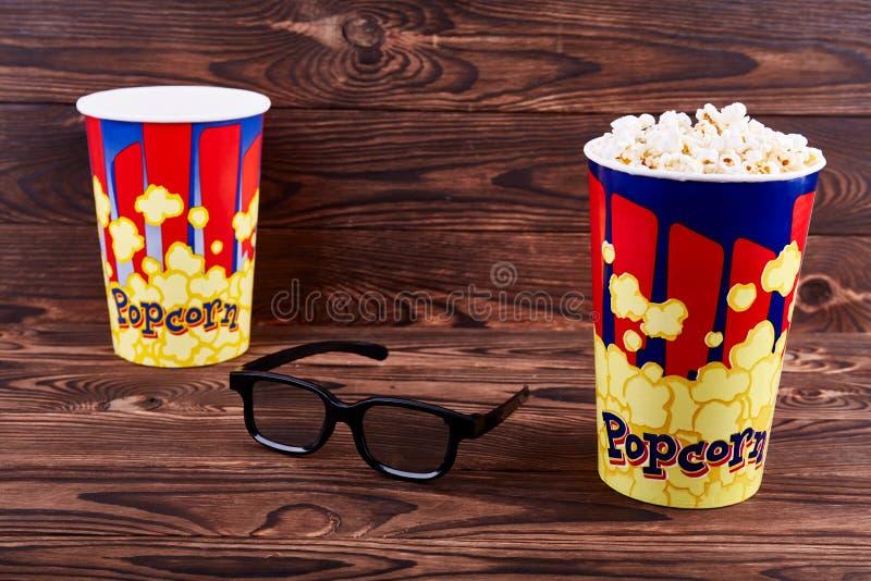 Δύο κύπελλα popcorn με τρισδιάστατα γυαλιά στοκ εικόνες