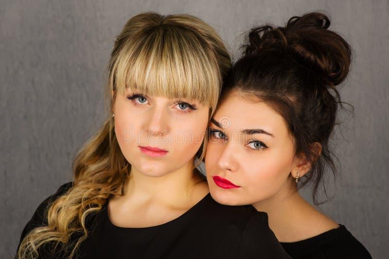 Δύο λυπημένα όμορφα κορίτσια Καλό ζεύγος Αγκάλιασμα των γυναικών στοκ φωτογραφία