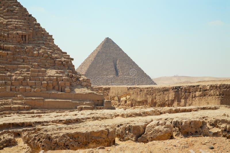 Δύο μέγιστες πυραμίδες της Αιγύπτου σε Giza, clouseup άποψη σχετικά με το υπόβαθρο μπλε ουρανού με κανένα στοκ εικόνες